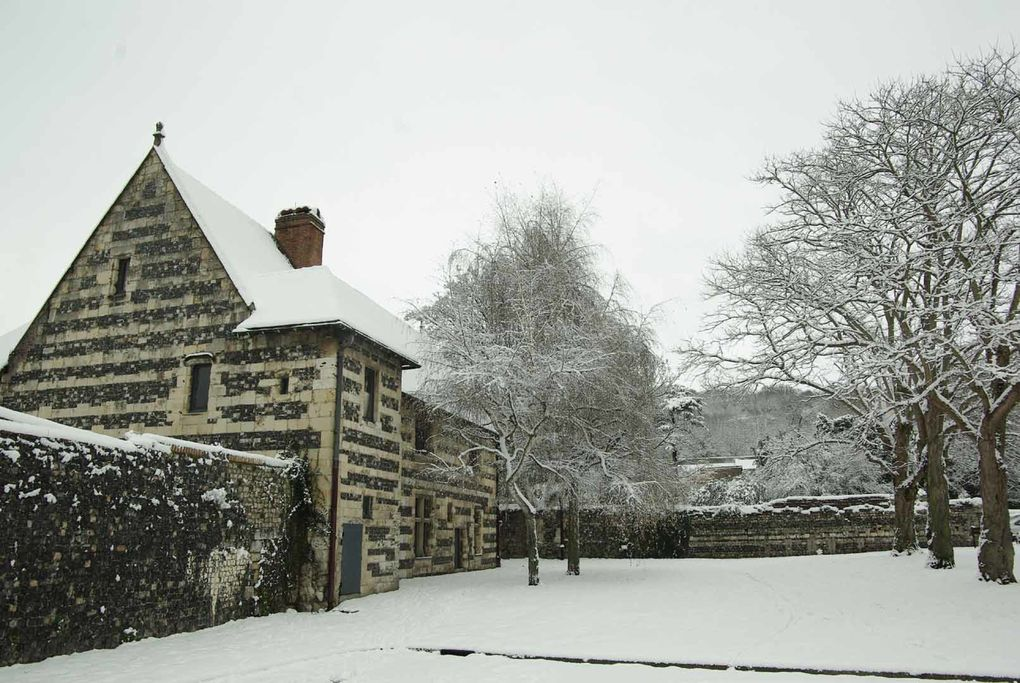 En décembre 2010, notre région a vu un bel épisode neigeux, mélangé aux décorations de noël.