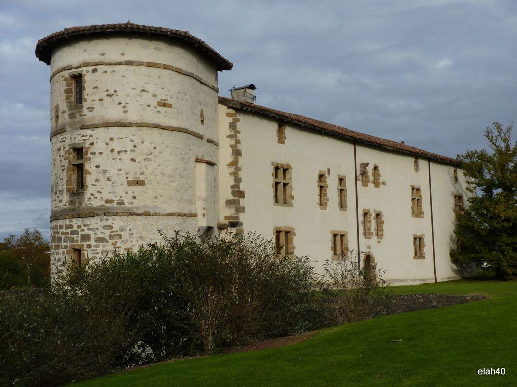 le dernier week-end d'octobre est célébrée la fête du piment à Espelette  petit village du pays-basque .espelette
