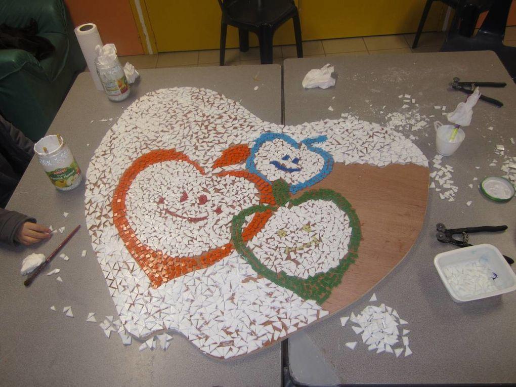 Depuis la rentrée des classes aidés par les résidents du foyer de vie Perce-Neige, les plus grands de la Pom'd'Happy réalisent notre logo en mosaïque.