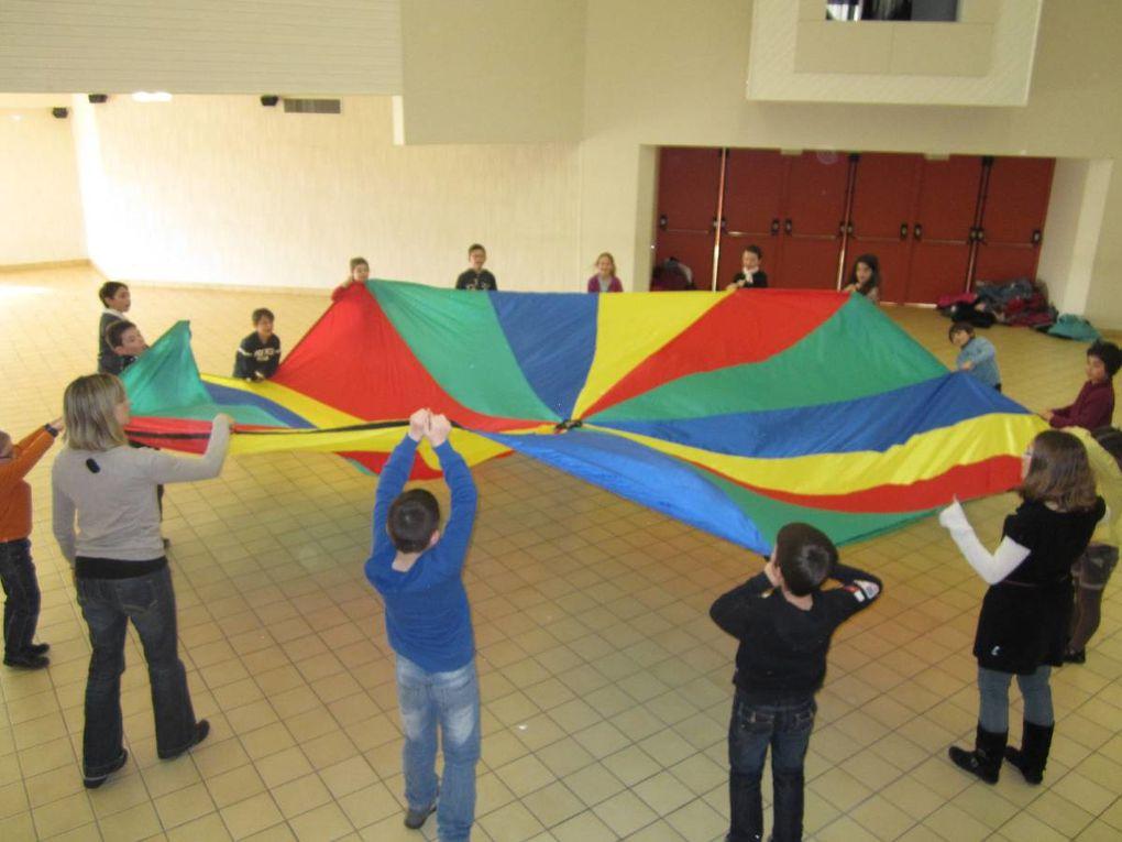 On ne manque pas d'air à la Pom'd'Happy!!! Au programme: fabrication de moulins à vent, parachutistes, avions en papier et sortie au Jardin du Vent à Notre-Dame de Monts.