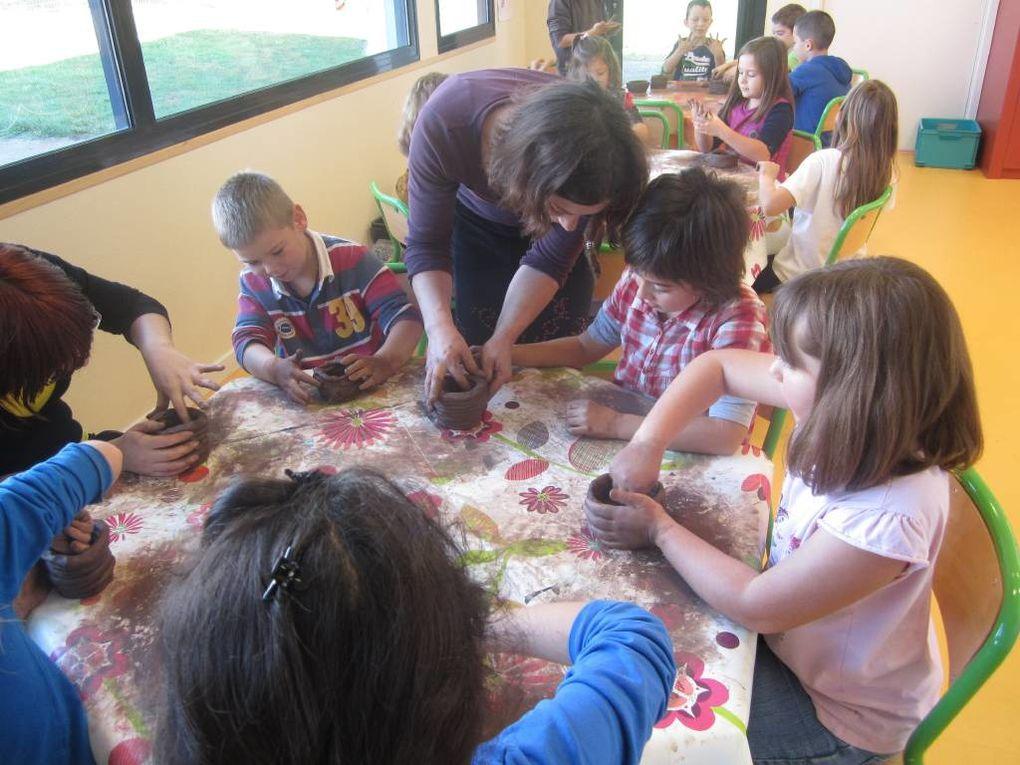 Après le goût, le toucher! Au programme: cuisine, poterie, kim toucher, peinture avec les mains et les pieds...