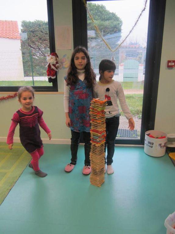 3 et 4 janvier 2013, de retour des vacances de Noël, les quelques enfants présents ont ouverts les cadeaux, fait un concours de tours et réalisé une oeuvre abstraite et collective.