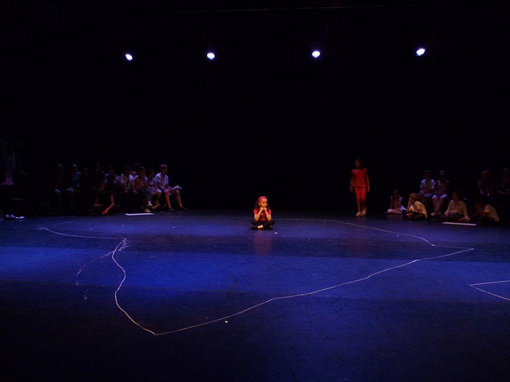 Dernières répétitions avant les représentations au Nouveau Théâtre du Huitième les 18 et 19  juin 2011. Photographies de Suzanne Guillemin.