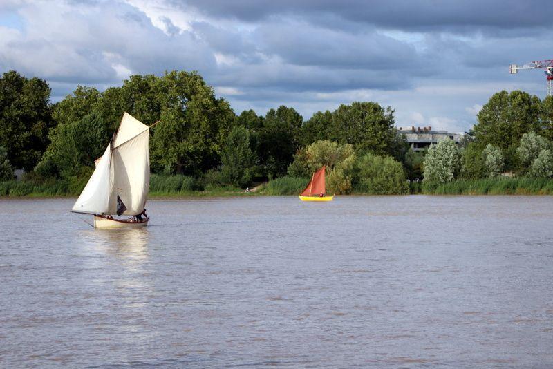 En fond, le Pont d' Aquitaine. Les bateaux se déplacent d' aval en amont