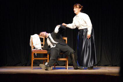 voici des photos de la pièce dans laquelle j'ai joué le week-end du 2 et 3 décembre 2011 : la demande en mariage de Tchekhov. Les photos ont été prise par Elodie (notre photographe de la troupe de l'amicale laïque de Belleville). Merci d'avoir