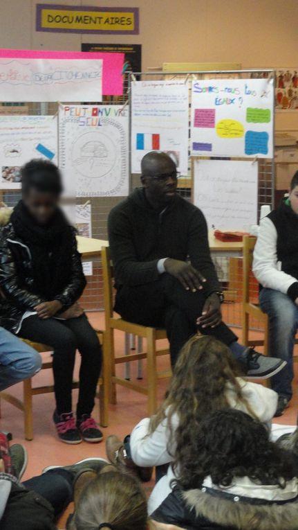 """Lilian Thuram est venu au collège jeudi 14 février le matin dans le cadre de sa Fondation contre le racisme. Il a pu voir la formation du mot """"citoyenneté"""" sur le stade par les élèves de 11 classes du collège. Un très grand merci aux professeu"""