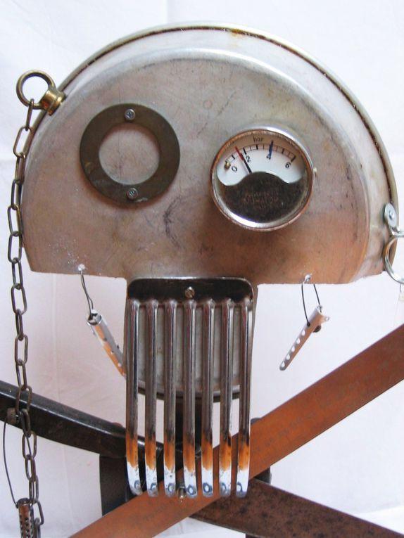 Déclinaison sur la base des têtes de mort métalliques, toujours en recyclage et recuperation d'ustensiles notamment culinaires.