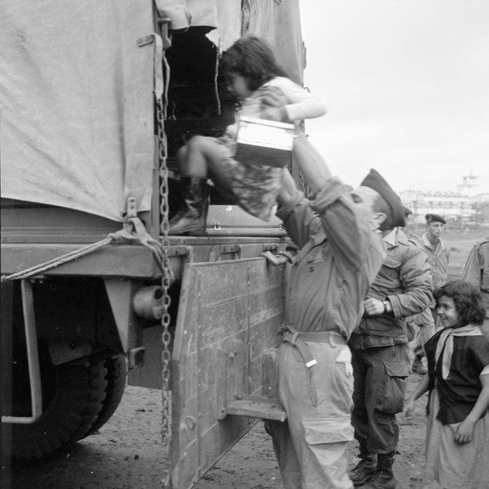C'est dans des camps de tentes provisoires situés aux environs de Bône que les harkis et leur famille attendent leur départ de l'Algérie pour la France. Par petits groupes, les enfants posent devant l'objectif du photographe.