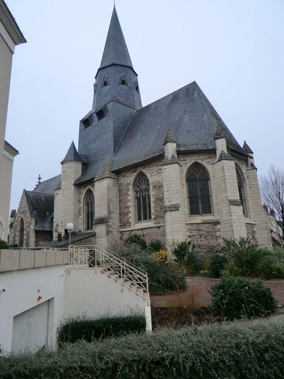 La Loire Saint-Aubin est bordée de végétations marines où l'Angeine y découvre des perles mais aussi une rose trémière,l'Angevine franchit les passerelles de l'Authion et aussi constate qu'à la levée de Belle Poule,la Loire a bien monté