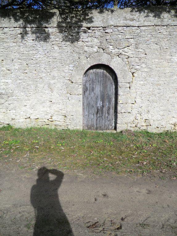 En suivant le sentier du pont de l'essart,l'Angevine y découvre ce fameux pont et aussi le pigeonnier de l'abbaye de la chaume,puis son cimetière avec des tombeaux de religieuses bénédictines et pour finir,l'Angevine se dirige vers l'église Sain