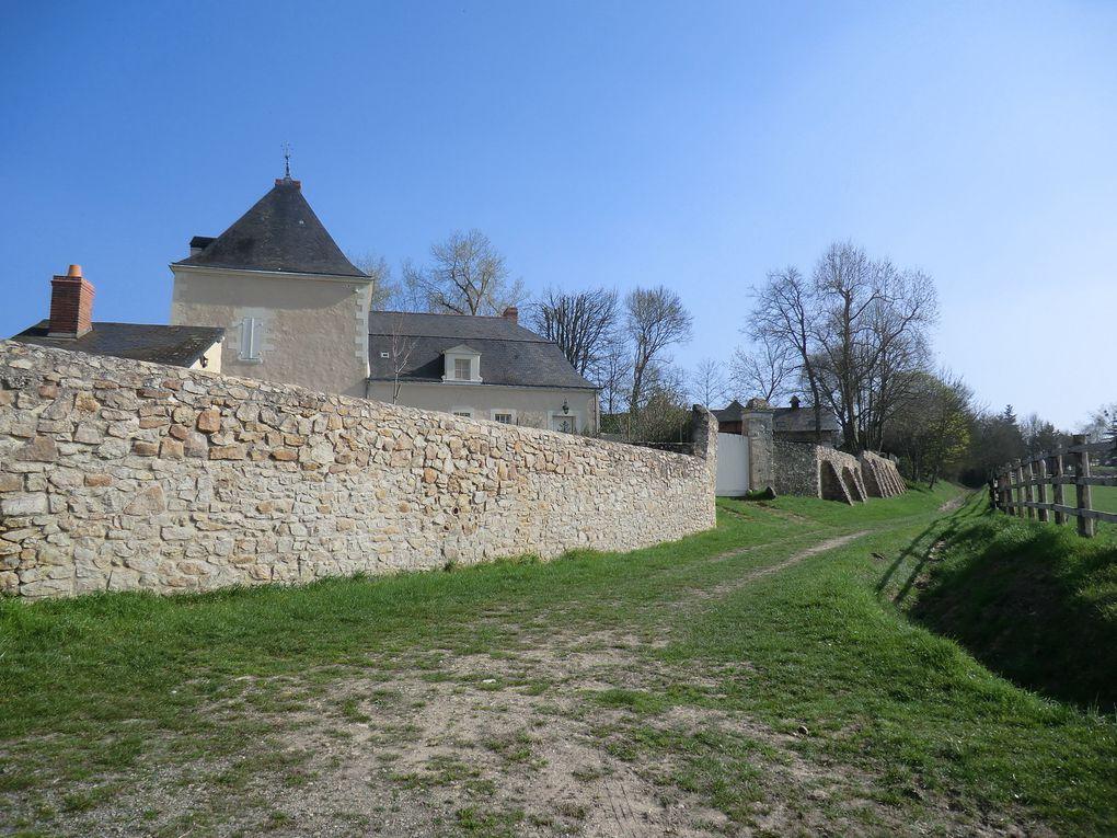 La promenade nous invite à longer les berges vertes du Loir où nous allons découvrir le moulin,le lavoir et château du Verger
