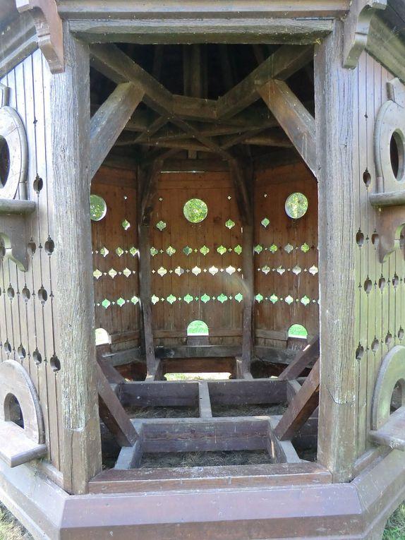L'Haras nationaux du Le Lion d'Angers ouvre les portes de son hippodrome afin de parcourir un circuit équestre avec des sculptures en bois qui servent d'obstacles telles que l'hibou,la petite maison dans la forêt,le pigeonnier et l'araignée géant