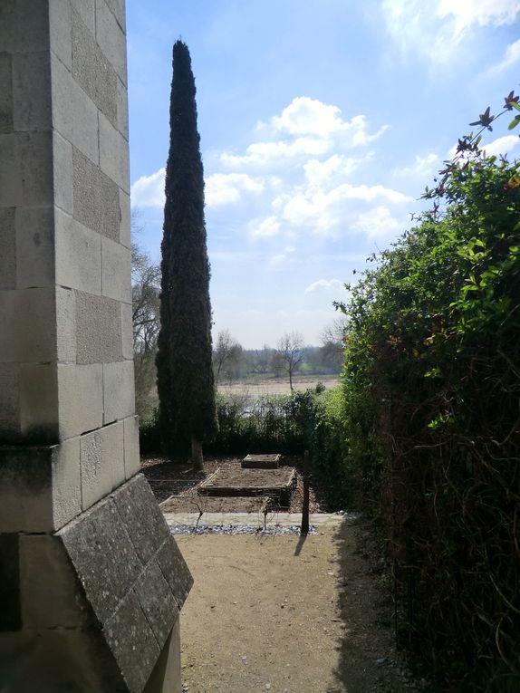 La promenade nous invite à découvrir le jardin du Presbytère à Sainte-Gemmes-sur-Loire avec ces 4 terrasses,celles du curé,à la française,en bleu et jaune où l'Angevine observe la statue à la mairie....