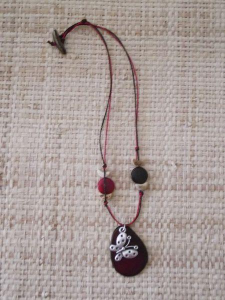 Tous ces bijoux sont conçus et réalisés avec des perles végétales issues du commerce équitable en provenance d'Amazonie (Brésil, Pérou, Equateur...).