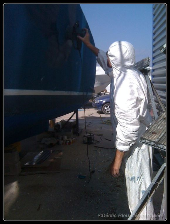 travaux d'entretien du bateau support de l'équipe.