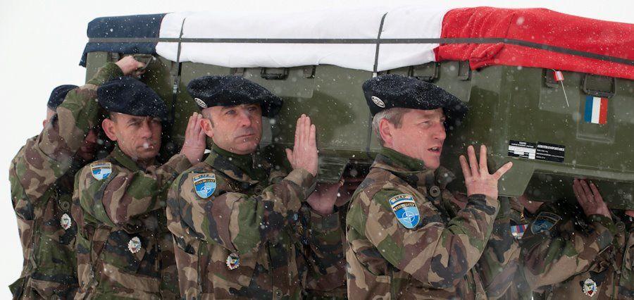 Les honneurs militaires et la cérémonie de levée des corps, en mémoire des adjudants-chefs ESTIN et WILLM du 93e Régiment d'artillerie de montagne, du sergent-chef SIMEONOV du 2e Régiment Etranger de génie et du caporal-chef BAUMELA du 93e R