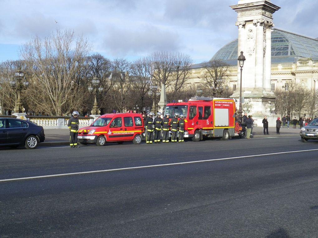 Pont Alexandre III hommage aux Légionnaires du 2 REGAdjudant-Chef Mohammed El GarrafiSergent Damien Zingarelli