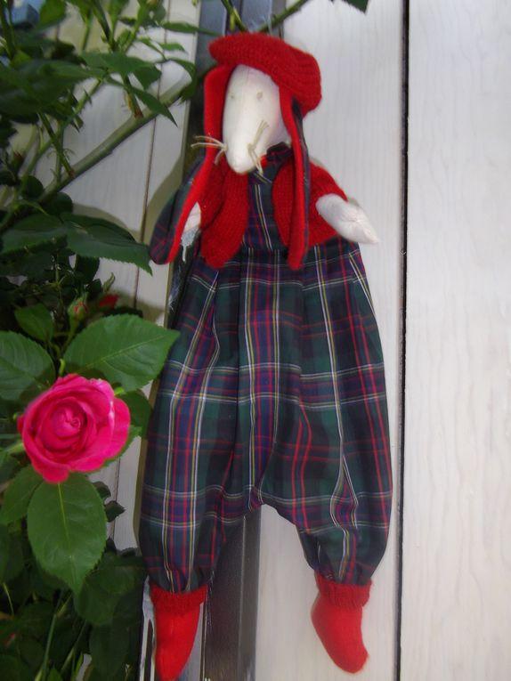 range pyjama ou autre secret!!environ50 cm ouverture sur le coté ou ds le dospetit lien en haut du dos pour accrocherpv hors frais de port 20eurosport 5euros collissimo
