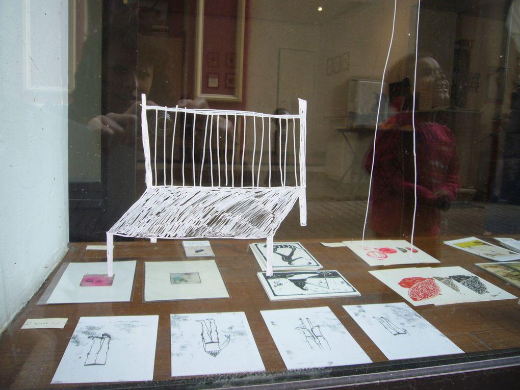 A l'occasion du vernissage de leur expo, les deux artistes ont réalisé une illustration sur la vitrine (avec l'aide du petit Amédée).