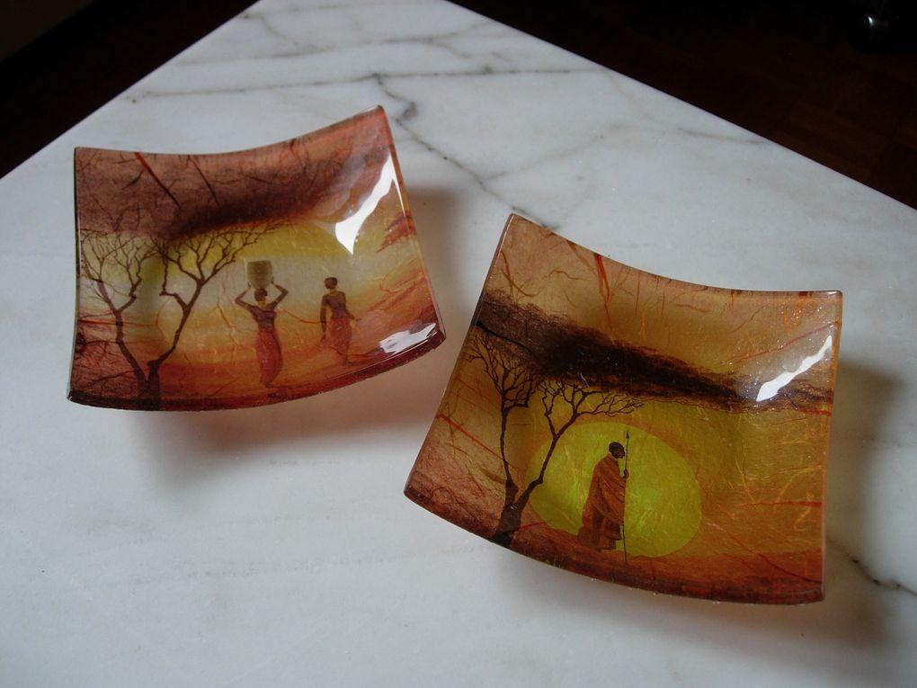 """Voici des assiettes """"granuleuses"""" transparentes que j'ai décoré avec des serviettes en papier et du papier népalais (par le dessous)"""
