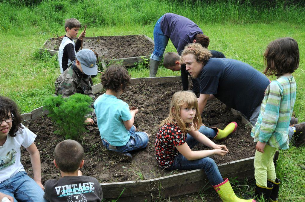 Les enfants du périscolaire de Chambrey et leurs animateurs Clémentine et Pierre ont redonné vie au jardin pédagogique avec la présence d'une jeune volontaire de la fédération des foyers ruraux de Moselle, Cécile.