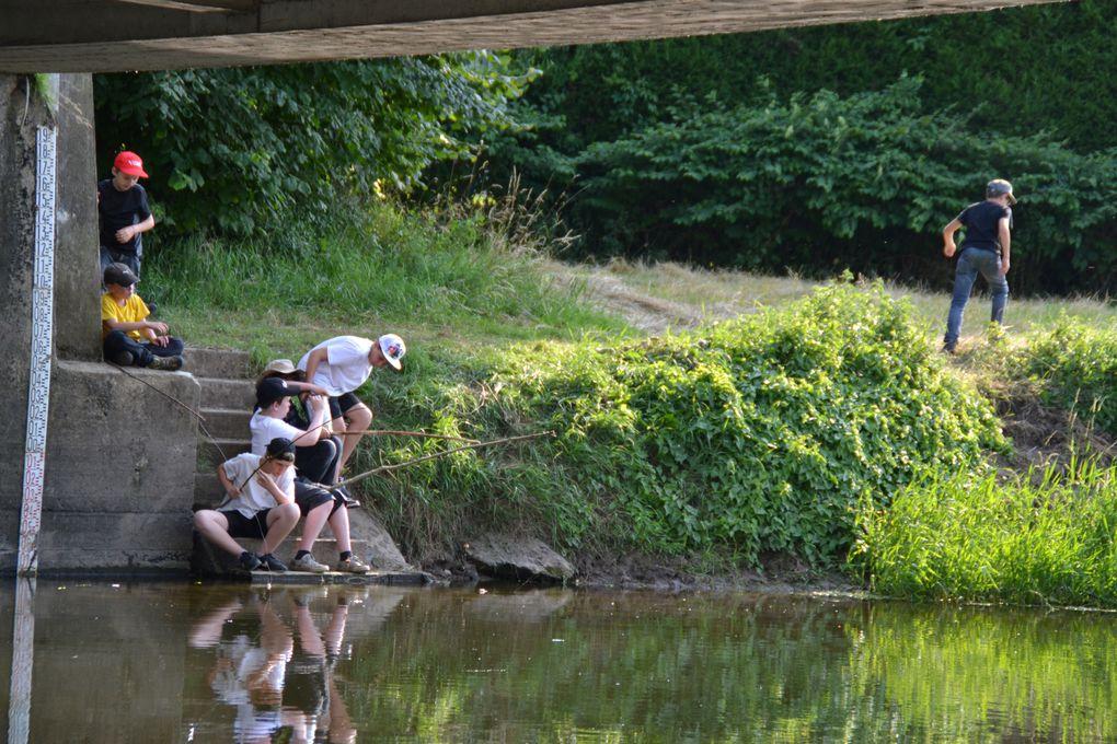 Après la fabrication des des canes-à-pêche, les Trappeurs partent vers la Seille afin de ramener on l'espère le repas du soir!