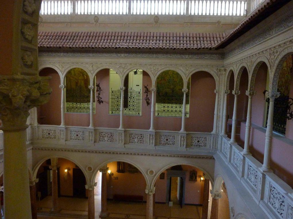 Une villa inspirée des grandes demeures Renaissance de Venise et Florence, entourée de neufs jardins à thème et abritant des collections de porcelaine, des tapisserie, des tapis, etc...