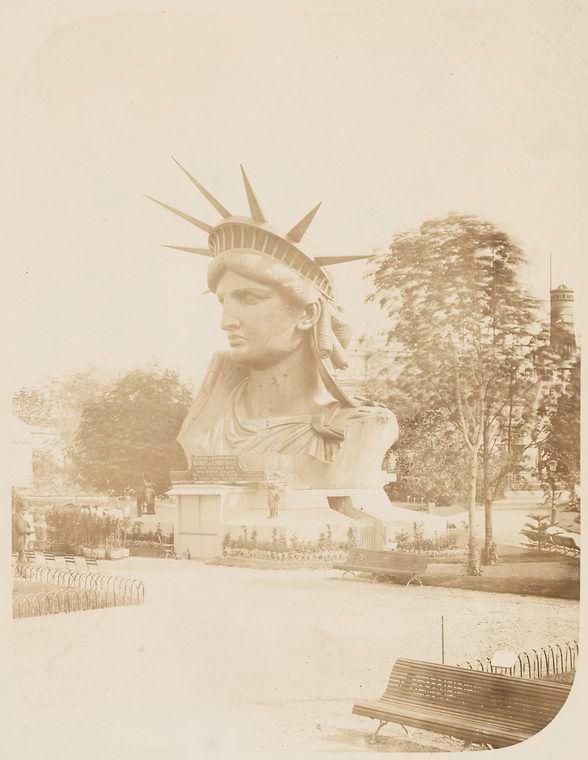 La Liberté éclairant le monde (Liberty Enlightening the World), plus connue sous le nom de statue de la Liberté (Statue of Liberty), est l'un des monuments les plus célèbres des États-Unis. Elle est située à New York, sur l'île de Liberty