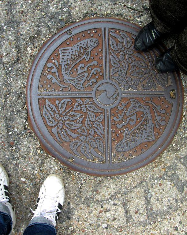 Je collectionne... les photos de plaques d'égouts ! Et ici au Japon elles sont tres travaillées, avec parfois même des couleurs ! Voyez vous-même ! J'ai rajouté aussi les photos prises deux ans plutôt, lors de mon précédent voyage.