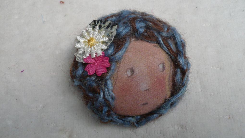 Broches  rondes tissu et laine cousues mains ( 25€ )