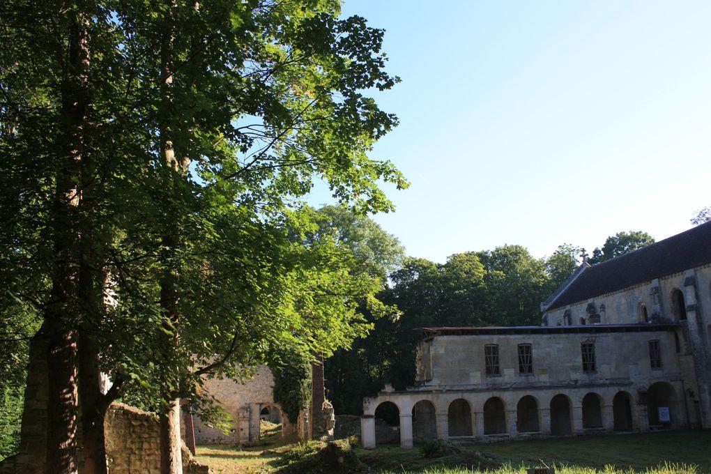 à l'entrée de Mériel juste en lisière de forêt découvrez l'abbaye cistercienne de Notre-Dame du Val ....