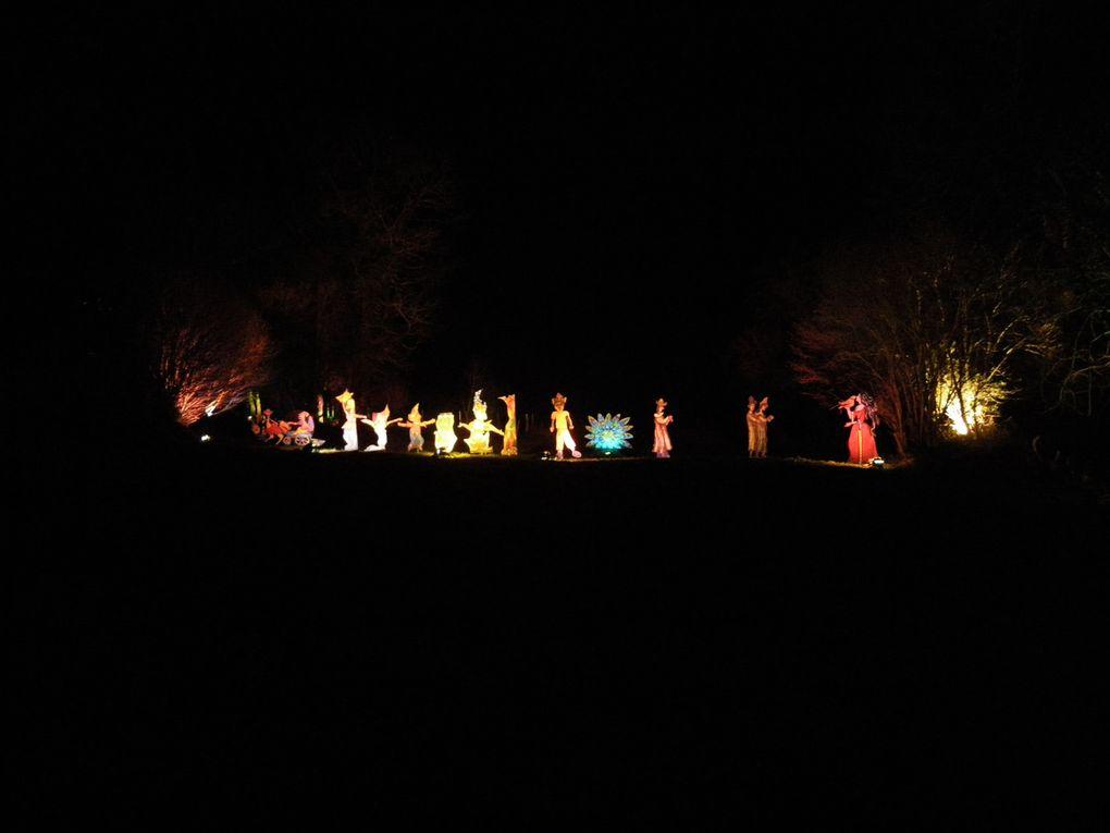Décors féériques dans le village de Sous-Parsat avec arrivée du Père-Noël en traîneau tous les soirs avant Noël pour le plaisir des petits et des grands enfants...