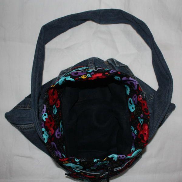 petit sac fait en jean's recyclé, pour petites filles, taille environ: 30/25 avec un rétrécissement en haut.. interieur doublé assez spacieux malgrès tout