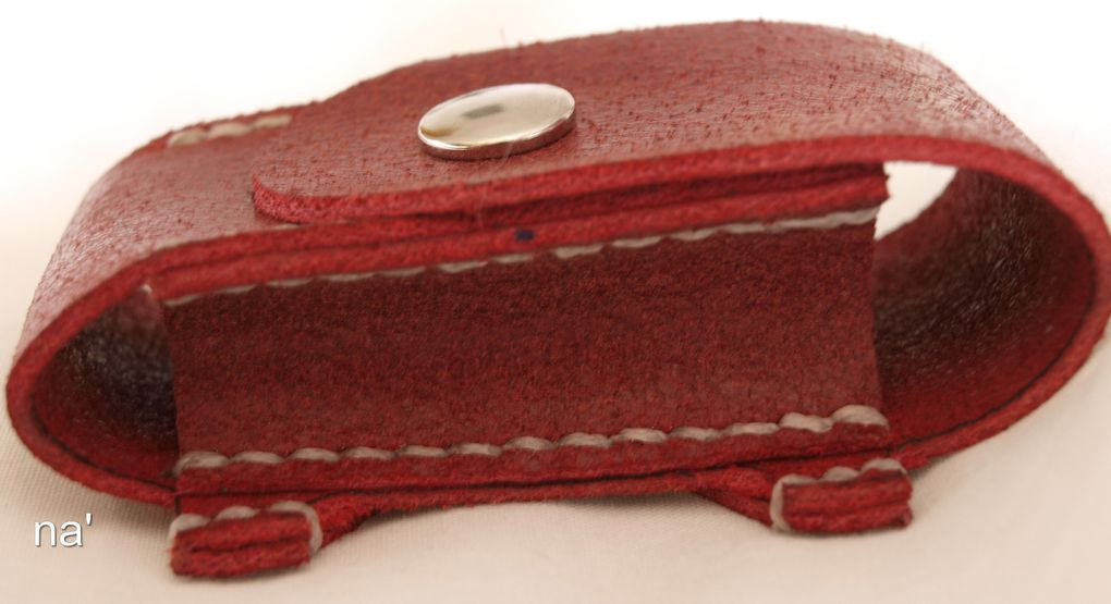 Monsieur na' coupe, teinte, coud le cuir entièrement à la main. Il réalise de beaux objets pour faire plaisir. Voici un échantillon de ses créations.