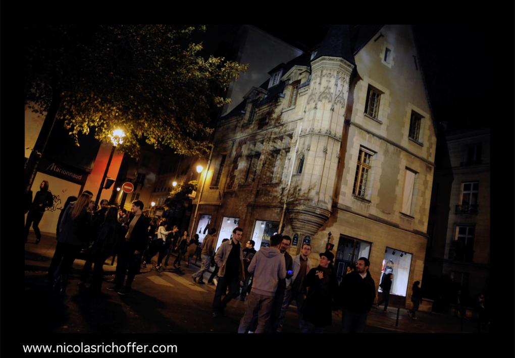 De la rue des Francs-Bourgeois à la place de Stalingrad en passant par le parc des Buttes Chaumont, ballade photographique aléatoire dans la Nuit Blanche 2009 de Paris.