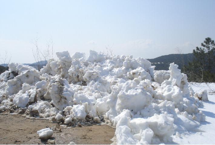 zwischen dem 8. und 14. März 2010 wird die Costa Brava unter Schneemassen begraben. resultat eine Woche haben die Haushalte keinen Strom, kein Wasser, kein Telefon.Fotos 1 km von lloret de Mar nähe Tankstelle Les Alegrias.