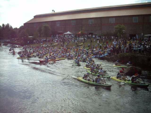 Deuxième journée du week-end de la compétition loisir des 24 heures kayak 2010, se disputant en Bretagne à Inzinzac-Lochrist. Rire, chavirements, échouages et éclaboussures sont au programme !