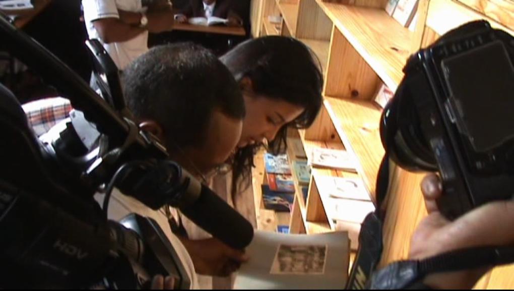 10 clichés du passage de Mialy Rajoelina, Présidente de l'association Fitia qui a doté cette EPP de Faravohitra de nouvelles installations, et offert aux élèves un panier garni de friandises et de fournitures solaires&#x3B; des pulls et du chocolat.