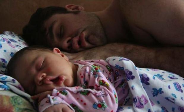 Si ils avaient encore le moindre doute sur leur paternité, voici dix images qui rassureront ces pères pris en photo entrain de dormir dans la même position que leur bébé. Metrotime