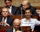 """Les """"sans-cravate"""" envahissent l'Assemblée nationale ! (Le monde du Yéti)"""