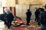 Des policiers israéliens entrent en force dans une mosquée