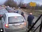 3 videos insolites: 2 mamies dans les embouteillages + course poursuite + gardien endormi