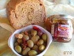 Un nouveau tour de MAP : Pain aux olives épicées et tomates séchées.