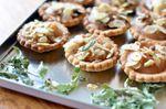 Tartelettes à la compote de pommes, amandes, muscovado et verveine