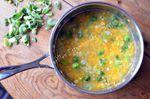 Soupe aux flocons de pois chiche, courge et choux de Bruxelles