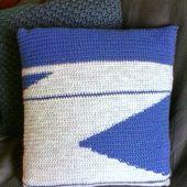 Coussin Graphique au Crochet Bleu/Gris et Tissu Polka Dot {Tuto}