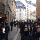 Un collaborateur d'Emmanuel Macron filmé en train de frapper un manifestant le 1er mai (VIDEO)