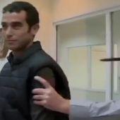 Regardez ce journaliste tester un gilet de protection... qui ne protège pas si bien que ça