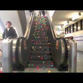 Les balles et l'escalier roulant