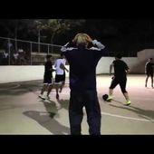 Quand un grand père donne une bonne leçon de football à des jeunes - Yes I Will